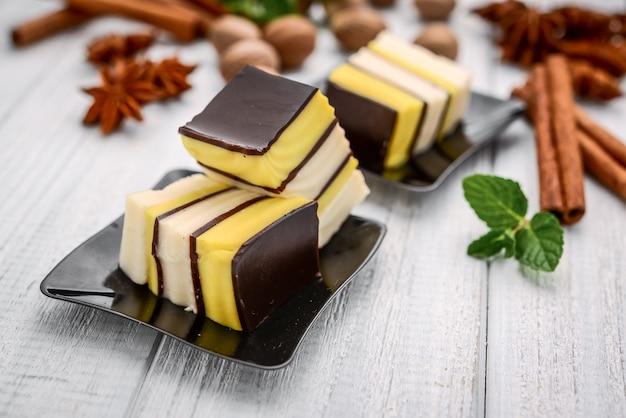 Pudding aux fruits et au chocolat et à l'orange