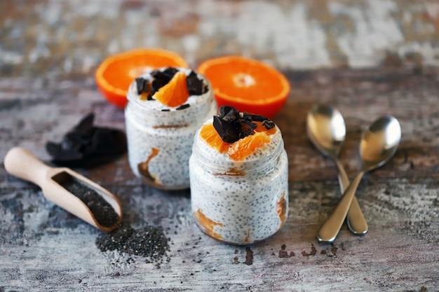 Pudding de chia au chocolat et aux fruits. petit-déjeuner sain ou collation. régime céto. dessert céto.