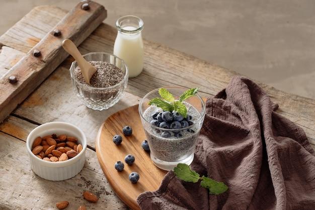 Pudding de chia aux baies fraîches et lait d'amande. concept de superaliments. régime végétalien, végétarien et alimentation saine avec des produits biologiques