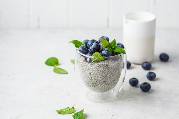 Pudding de chia aux bleuets et menthe en verre
