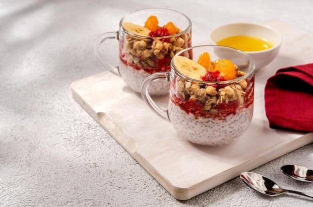 Pudding de chia aux framboises et banane. nutrition saine, superaliments. petit-déjeuner sain.