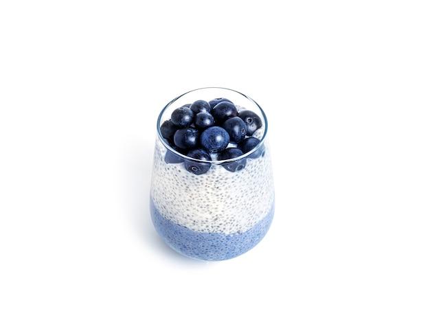 Pudding de chia aux myrtillesi isolé sur fond blanc. dessert sain multicouche. mousse de chia bleu. photo de haute qualité
