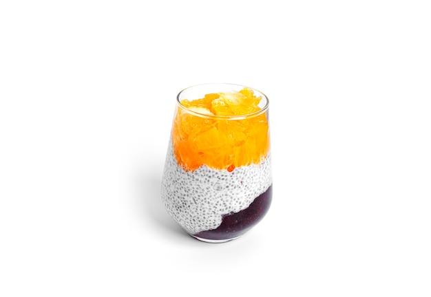 Pudding de chia avec morceaux d'orange et confiture de fraises isolé sur fond blanc. dessert sain multicouche. mousse de chia. photo de haute qualité