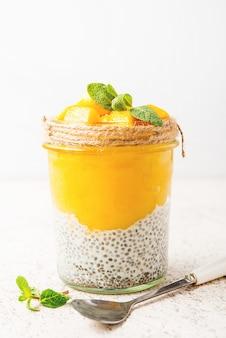 Pudding de chia végétarien à la mangue dans un pot, mise au point sélective, gros plan