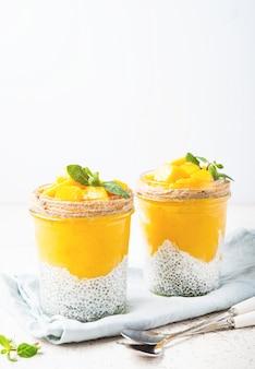 Pudding de chia végétarien à la mangue dans un pot, mise au point sélective