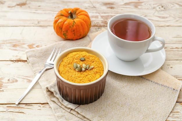 Pudding à la citrouille savoureux avec une tasse de thé sur la table
