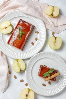 Pudding fait maison de pommes fraîches et saines sur fond de marbre