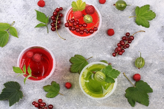 Pudding à la gelée aux fruits rouges dans des verres