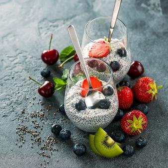 Pudding de graines de chia avec fruits et baies, collation saine ou petit-déjeuner, image carrée