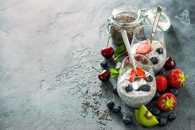 Pudding de graines de chia avec fruits et baies, collation saine ou petit-déjeuner