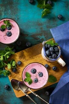 Pudding sain aux graines de chia dans un verre aux bleuets petit-déjeuner sain vue de dessus à plat