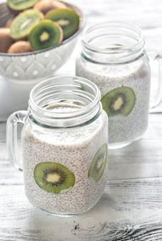 Puddings aux graines de chia avec des tranches de kiwi