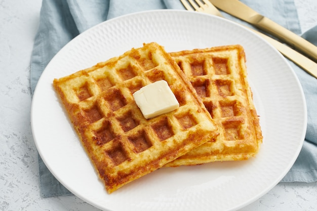 Puffin, régime alimentaire cétogène. gaufres maison à l'œuf, fromage mozzarella