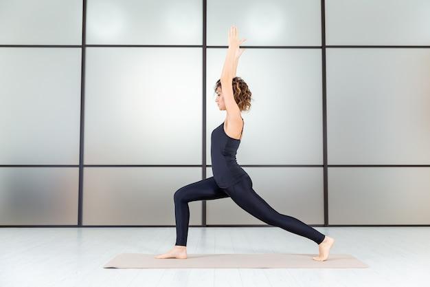 Puissance du yoga. exercices à l'intérieur du studio. concept de vie saine et active.