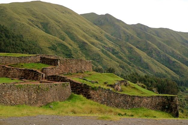 Puka pukara ou forteresse rouge, les vestiges de la forteresse inca en pierre de couleur rouge, cusco, pérou