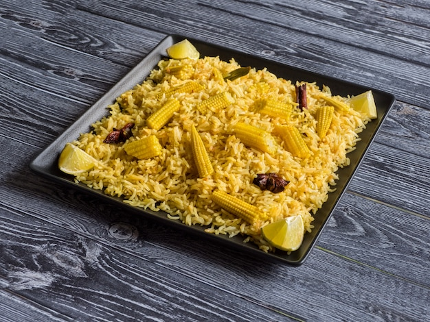 Pulao de maïs bébé. biryani végétarien, cuisine indienne.