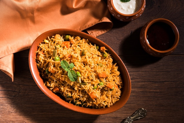 Pulav ou biryani aux légumes indiens à base de riz basmati, servi dans un bol en terre cuite. mise au point sélective