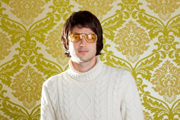 Pull à col roulé et lunettes vintage homme rétro