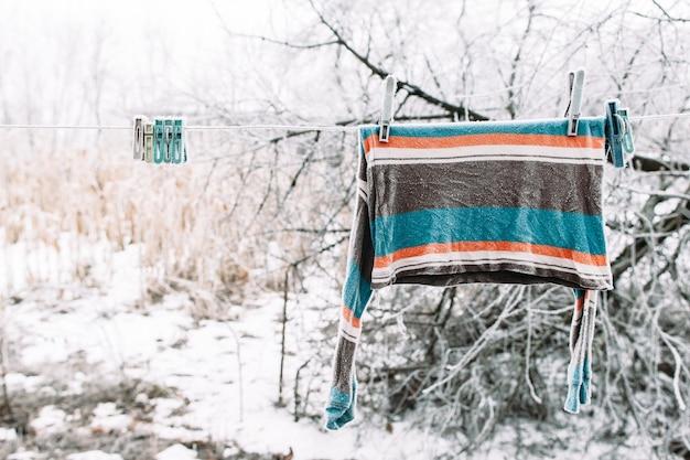 Pull congelé sur corde à linge à l'extérieur. fort hiver russe. froid, gelées précoces, concept de givre