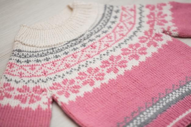 Pull enfant tricoté sur fond blanc