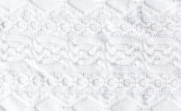 Pull d'hiver tricoté blanc chaud. style huggy. photo horizontale