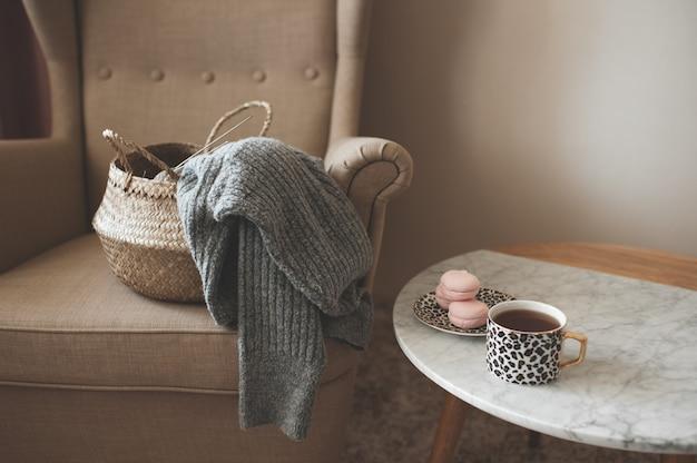 Pull tricoté dans un panier de paille à la maison