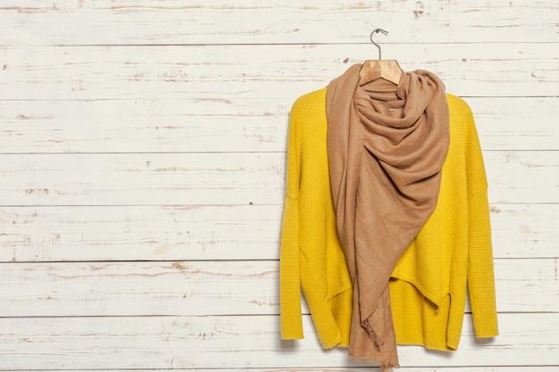 Pull tricoté sur un étendoir en bois