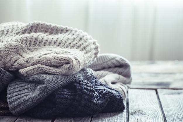 Pull tricoté sur fond de bois