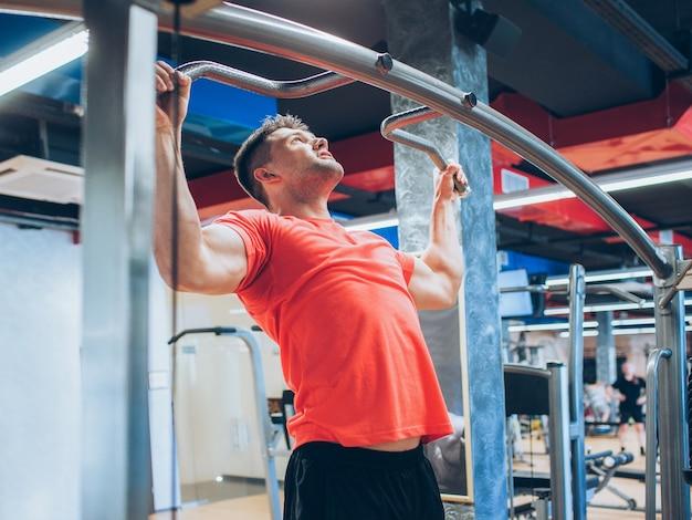 Pull-ups dur entraînement gym homme sport concept. mode de vie de l'athlète. force de volonté.