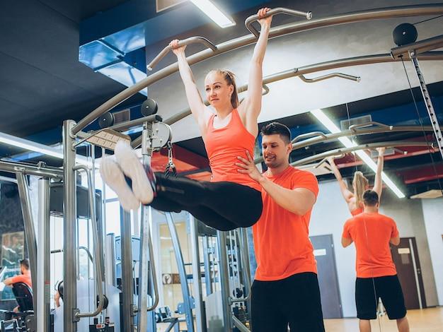 Pull-ups heureux entraînement gym femme sport concept. mode de vie de l'athlète. force de volonté.