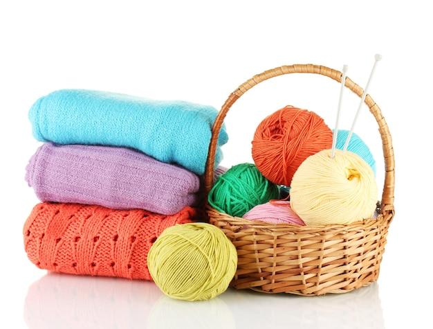 Pulls et pelotes de laine isolated on white