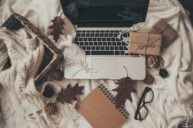 Pulls et tasse de thé avec ordinateur portable, ordinateur portable et vêtements à tricoter