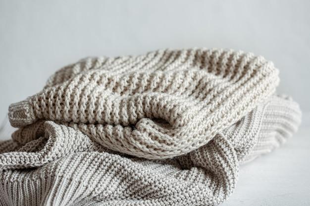 Pulls tricotés confortables et chauds en gros plan aux couleurs pastel.