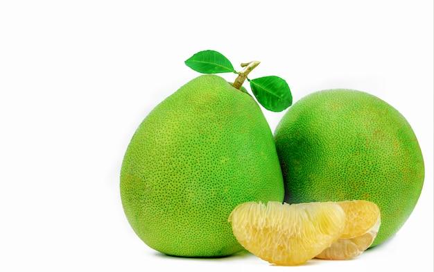 Pulpe de pomelo sans graines isolées. nourriture saine. agrumes.