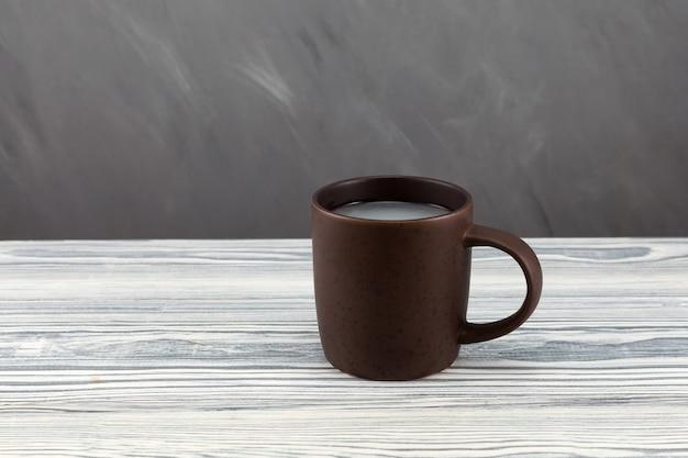 Pulque ou pulke dans une tasse d'argile sur une table en bois