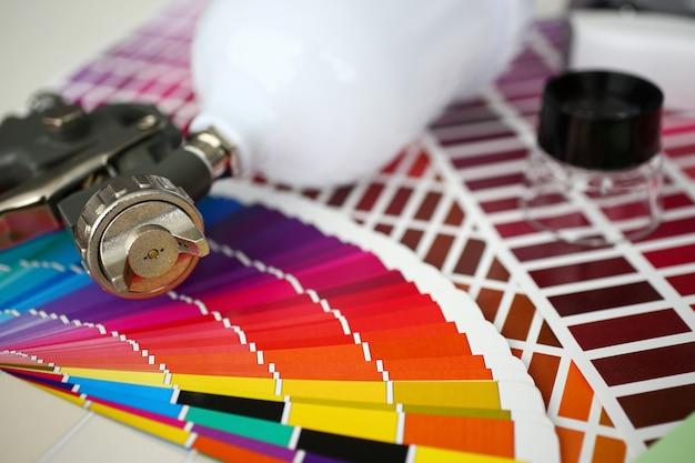 Pulvérisateur couché sur des palettes de test de couleur