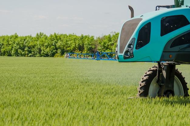 Pulvérisateurs agricoles, pulvériser des produits chimiques sur le blé jeune.