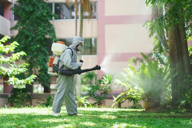 Pulvérisateurs désinfectants et germes qui adhèrent aux objets en surface. prévenir l'infection virus covid 19 ou coronavirus et divers agents pathogènes. système de santé concept, restez en sécurité et désinfectant pour les mains.