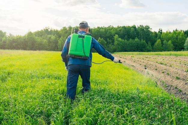 Pulvérisation des champs avec du poison provenant du traitement des parasites sur le terrain