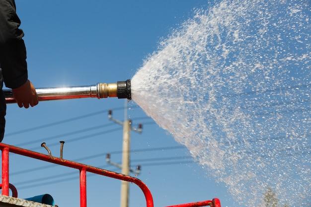 Pulvériser de l'eau sur un camion pendant la formation incendie dans l'industrie