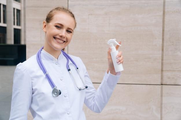 Pulvériser les mains avec un gros plan de pulvérisation antiseptique