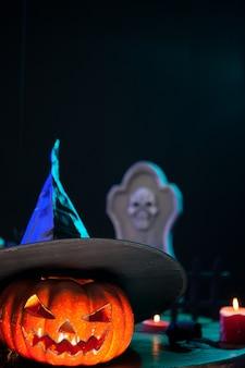 Pumpking effrayant d'halloween avec un chapeau de sorcière sur le dessus. pumpking effrayant.
