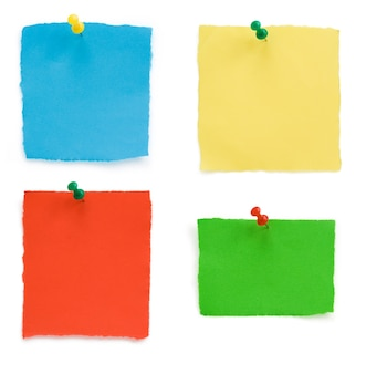 Punaise et papier de note en lambeaux isolé sur fond blanc