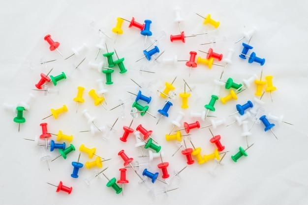 Punaises de bureau multicolores sur blanc