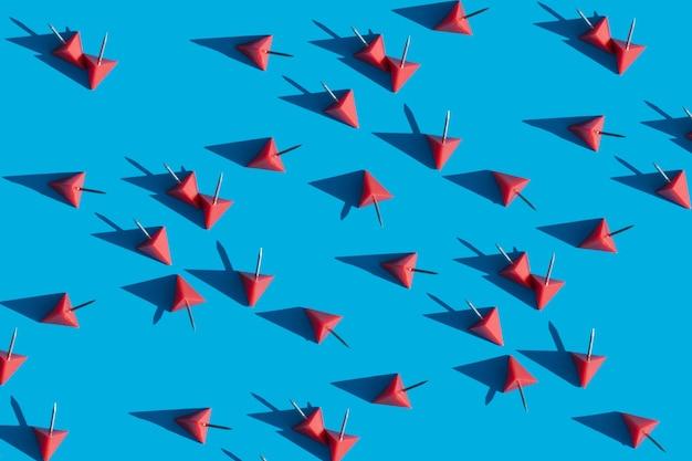 Punaises rouges sur fond bleu clair