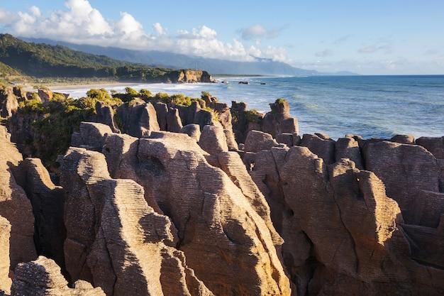 Punakaki pancake rocks dans le parc national de paparoa, côte ouest, île du sud, nouvelle-zélande. beaux paysages naturels