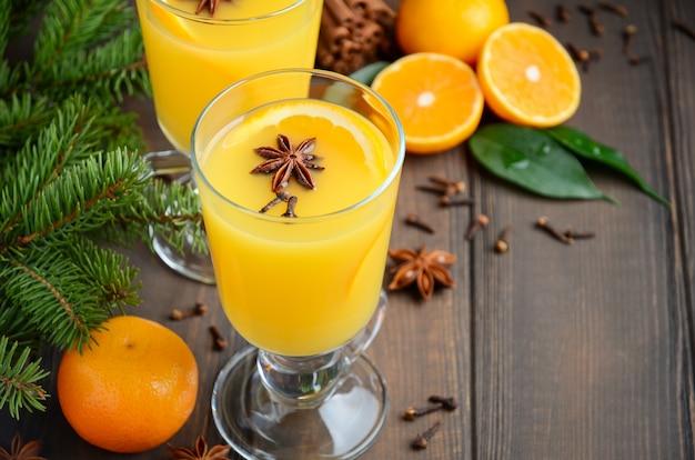 Punch orange chaud aux cocktails d'automne d'hiver avec anis à la cannelle et clous de girofle