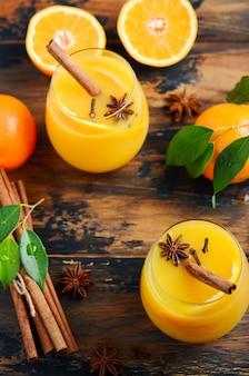 Punch orange chaud aux cocktails automne-hiver avec anis à la cannelle et clous de girofle