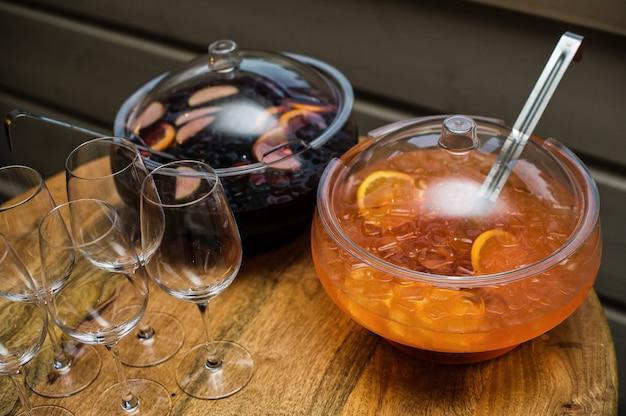Punch et verres sur la table du restaurant