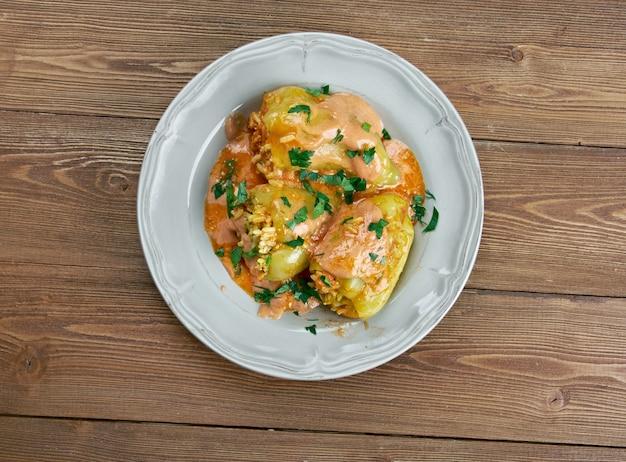 Punjena paprika - poivron farci.plat à base de poivrons, farci d'un mélange de viande et de riz à la sauce tomate. cuisine serbe et croate